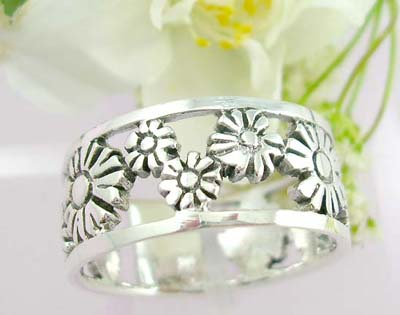 Free gift idea sterling silver ring with daises flower design