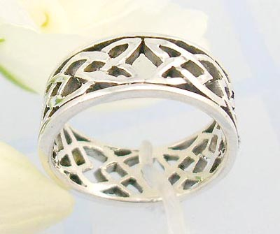 Online body jewlery distributor Sterling silver ring with heart and lemon shape celtic knot design